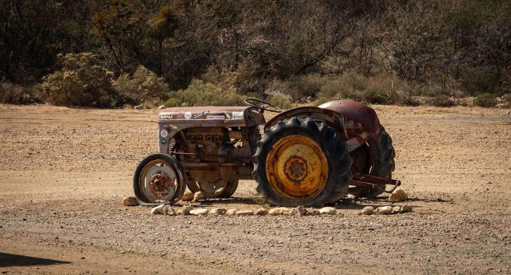 Foto de trator antigo abandonado